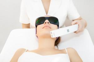 """Der Hautarzt """"schießt"""" mit dem Laserstrahl tausende mikroskopisch kleine Löcher in die zu regenerierende Haut"""