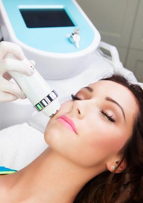 Liegende Frau erhält behandlung mit fraktioniertem Laser