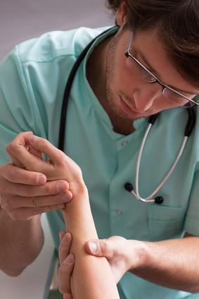 Der Hautarzt untersucht ein Handekzem mit verschiedenen Methoden